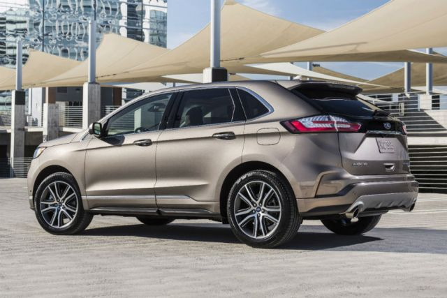 2019 Ford Edge side