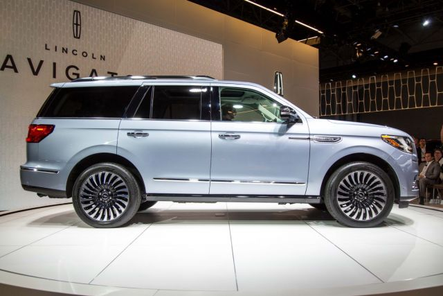 2020 Lincoln Navigator side