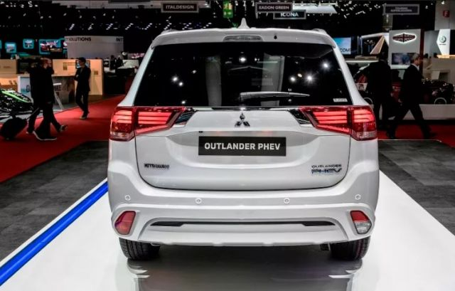 2020 Mitsubishi Outlander PHEV rear view