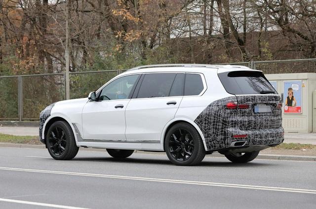 2022 BMW X7 side-rear view