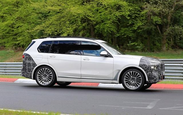 2023 BMW X7 side